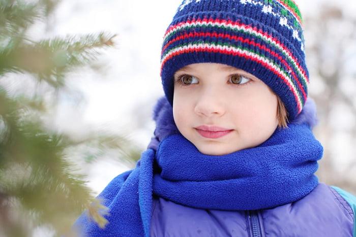Мальчик на зимней прогулке