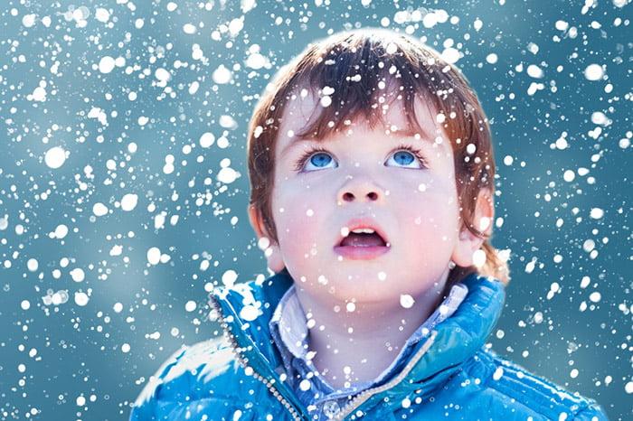 Ребенок под снегом