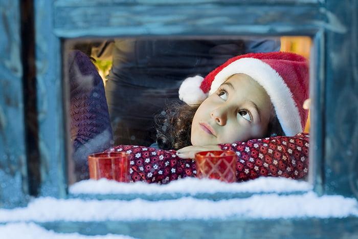 Девочка наблюдает за зимой