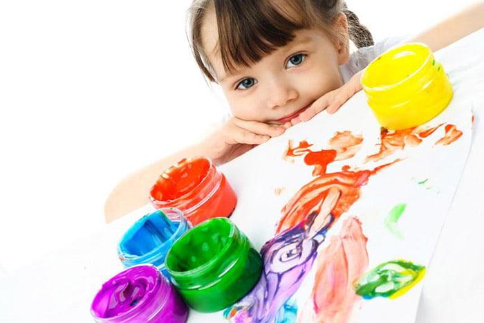 Девочка и пальчиковые краски