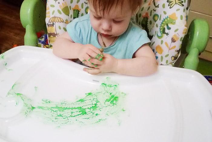 Ребенок знакомится с пальчиковыми красками