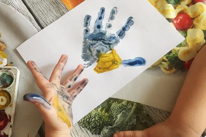 Отпечаток руки ребенка на бумаге