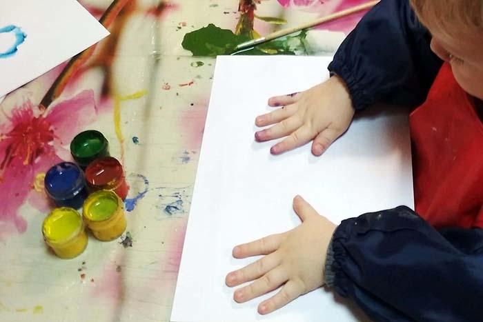 Ребенок собирается рисовать