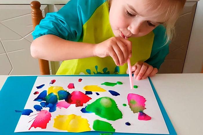 Ребенок рисует в технике кляксография