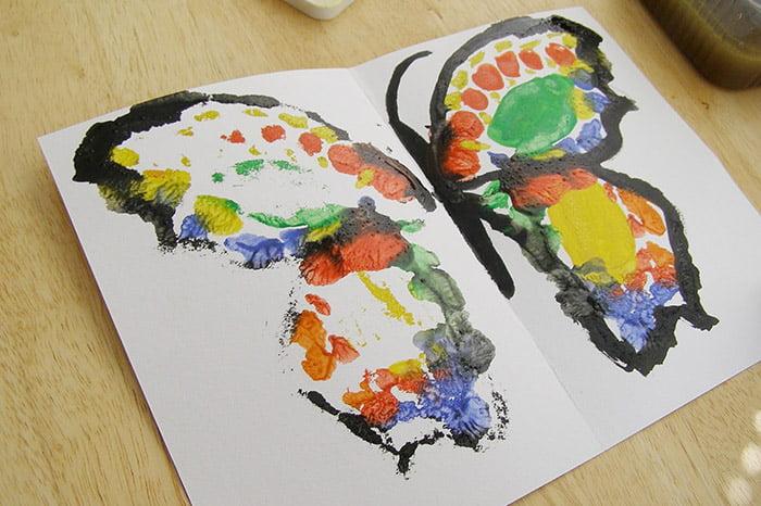Бабочка, нарисованная отпечатком половинки листа