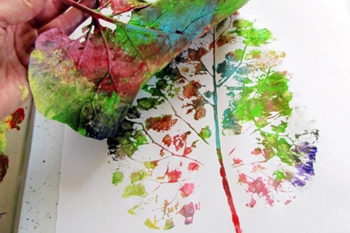 Цветной отпечаток листа на бумаге