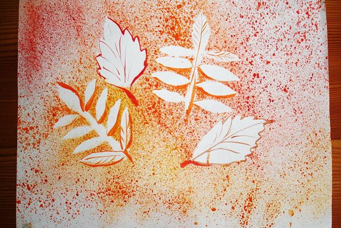 Рисование брызгами по трафаретам из листьев