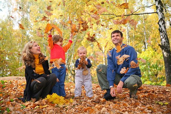 Семья на прогулке осенью