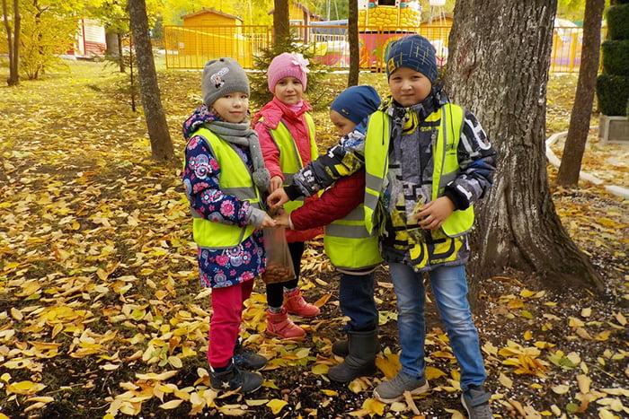 Дети на прогулке осенью