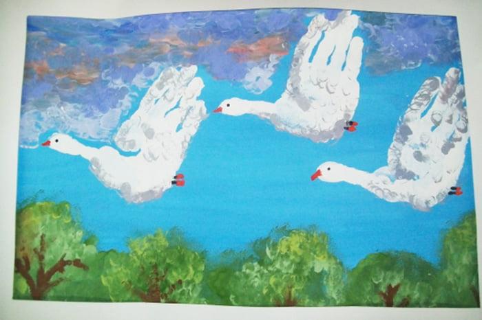 Летящие гуси, нарисованные ладошками