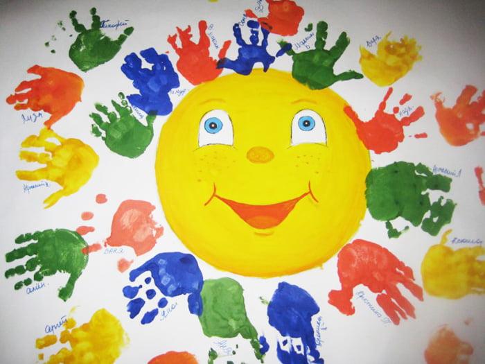 Солнышко с лучиками из отпечатков детских рук