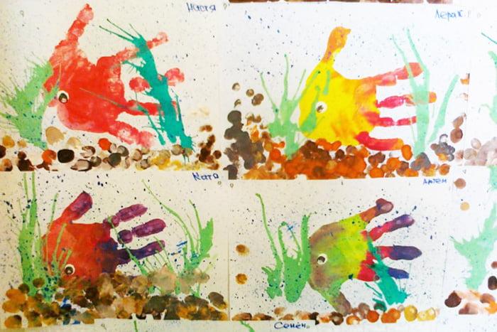 Цветные рыбки, нарисованные детьми с помощью отпечатков ладоней