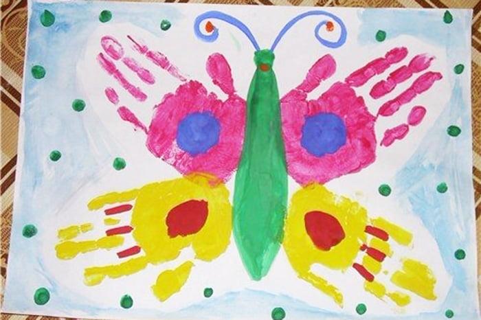 Бабочка, нарисованная кисточками и ладонями