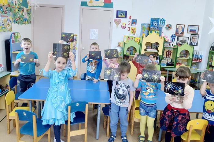 Дети со своими рисунками