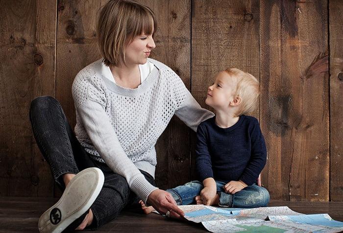 Мама объясняет ребенку основы географии