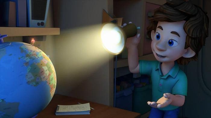 Ребенок светит фонариком на глобус