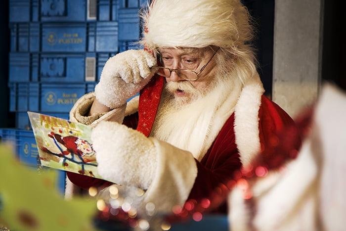 Санта Клаус читает письмо