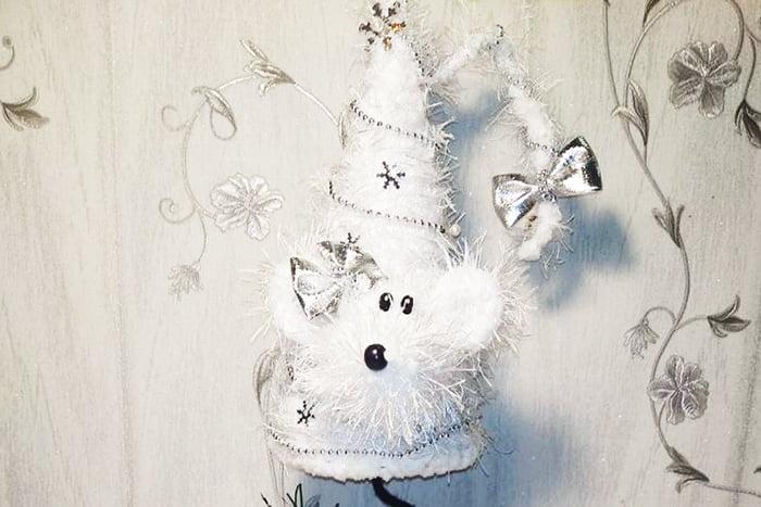 Новогодняя мышка из картона и ниток