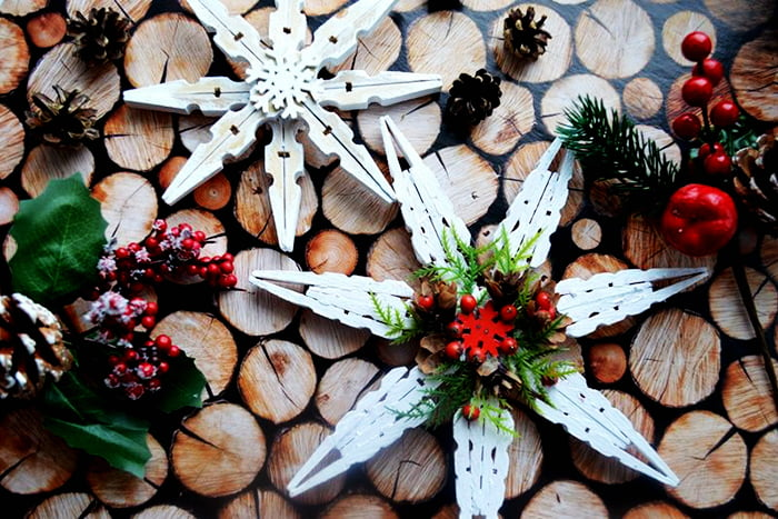 Новогодние снежинки из прищепок