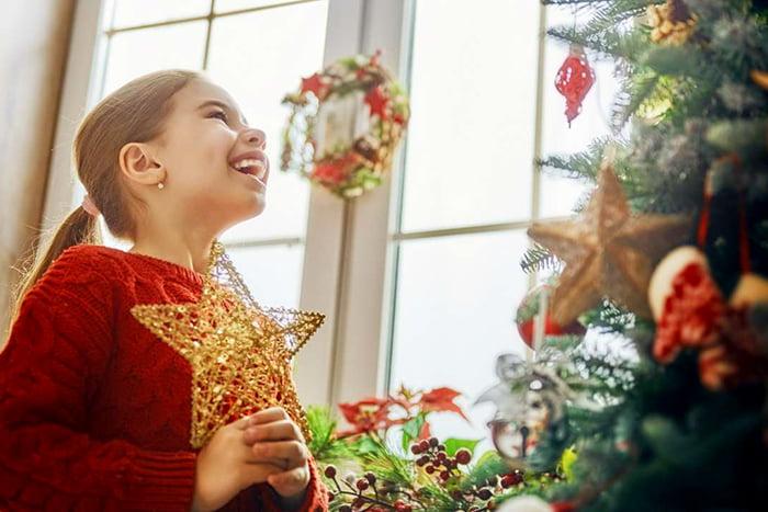 Девочка радуется Рождеству