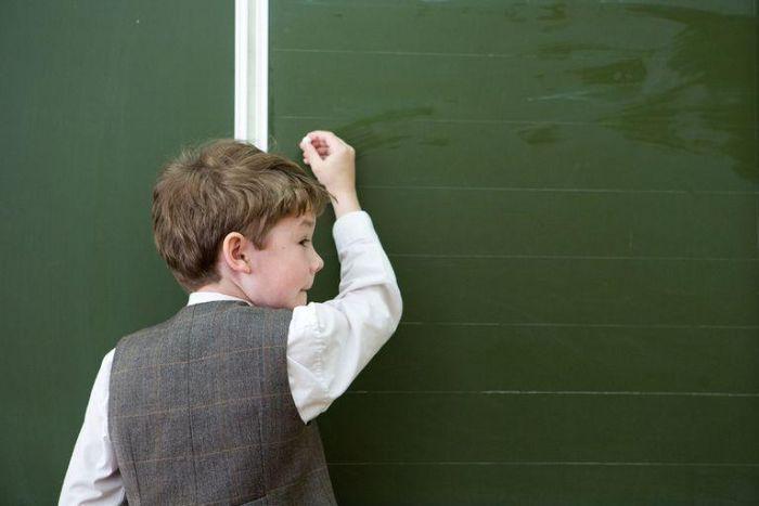 Мальчик у школьной доски