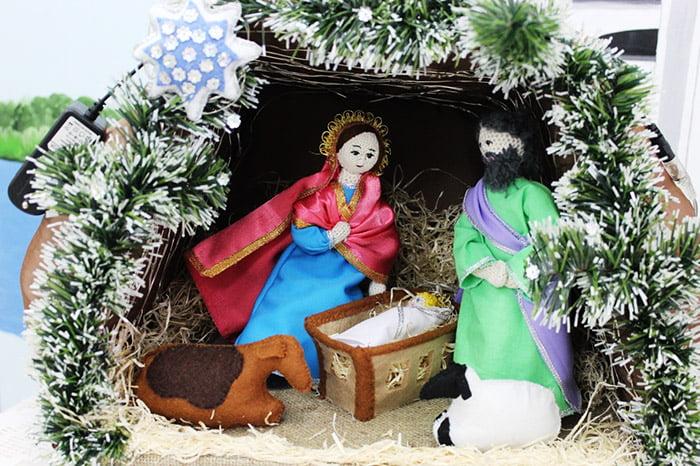 Мария и Иосиф в рождественском вертепе