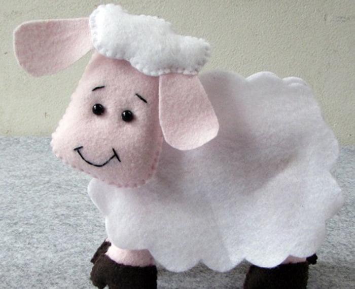 Фетровая фигурка овечки