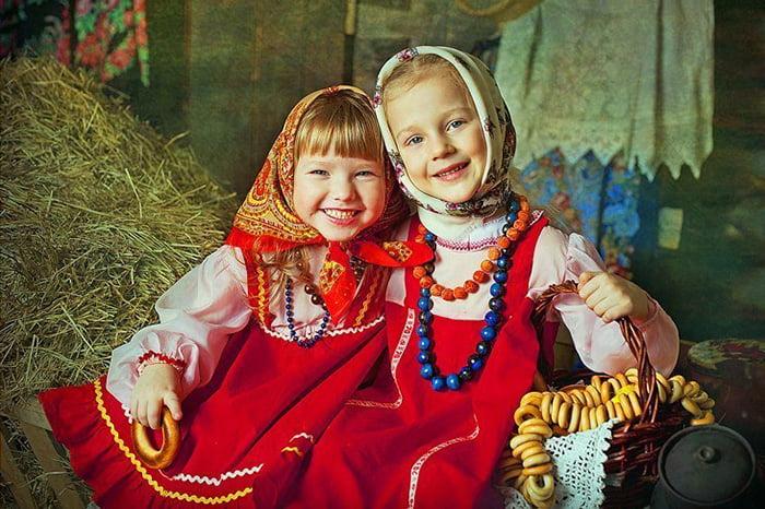 Девочки в народных костюмах