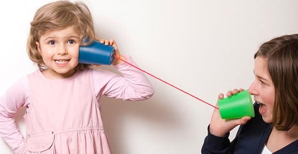 Мама с дочкой играют в телефон