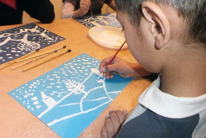 Ребенок рисует зимний пейзаж