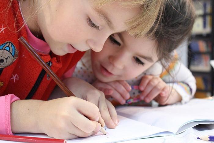 Дети пишут в рабочей тетради