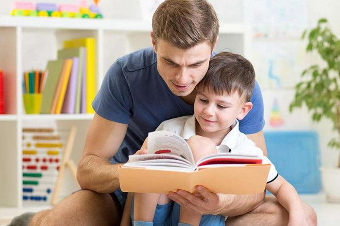 Папа с ребенком читают книжку
