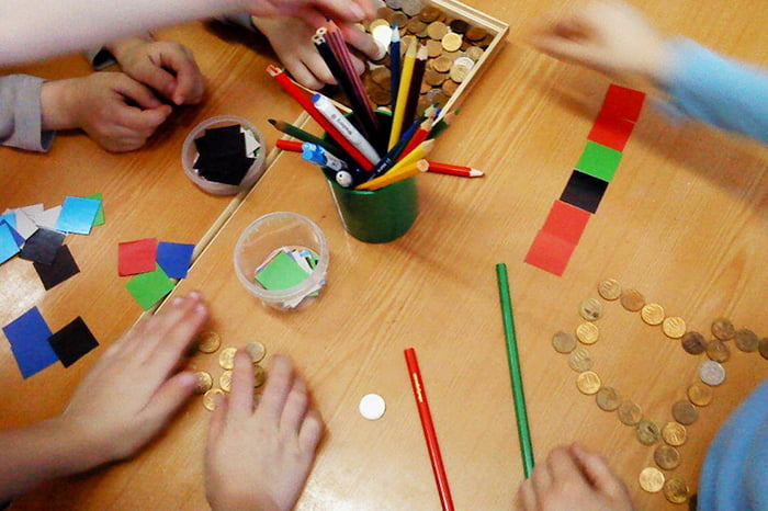 Дети выкладывают буквы из монеток