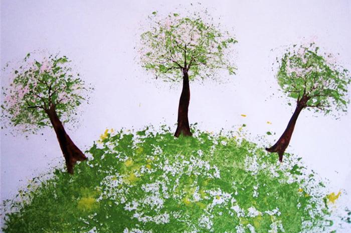 Холм и деревья, нарисованные мятой бумагой