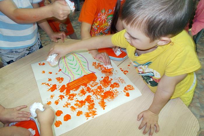 Дети рисуют мятой бумагой