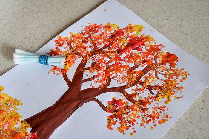 Дерево, нарисованное ватными палочками