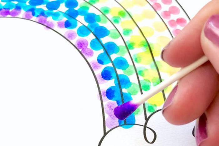 Раскрашивание радуги при помощи ватной палочки