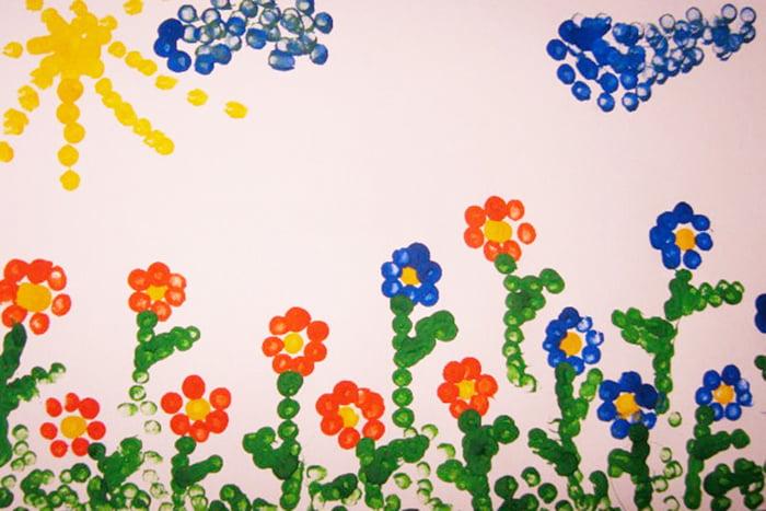 Цветочки, нарисованные ватными палочками