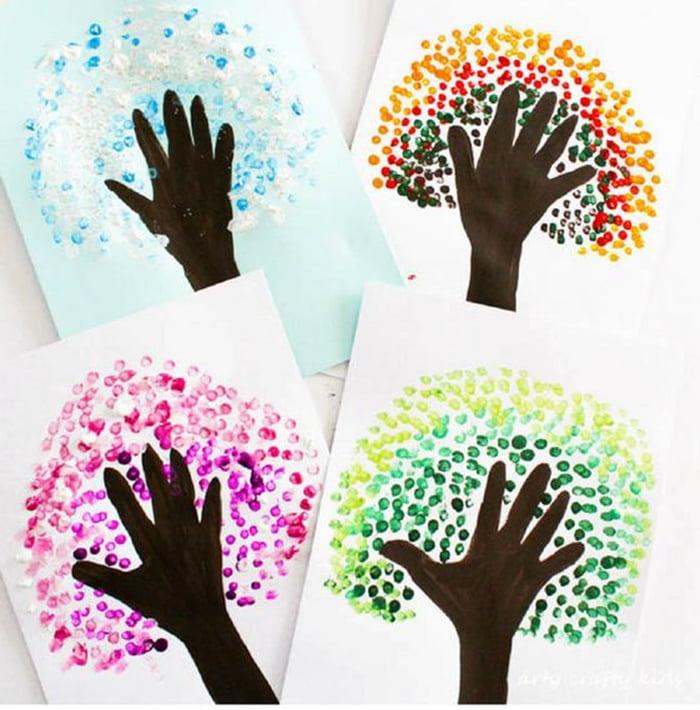 Деревья, нарисованные с помощью контуров ладошек и отпечатков ватных палочек