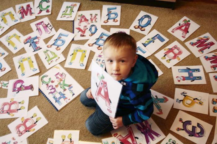 Ребенок учит буквы
