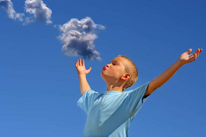 Ребенок занимается дыхательной гимнастикой