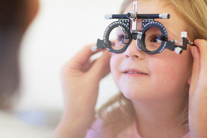 Проверка зрения девочке