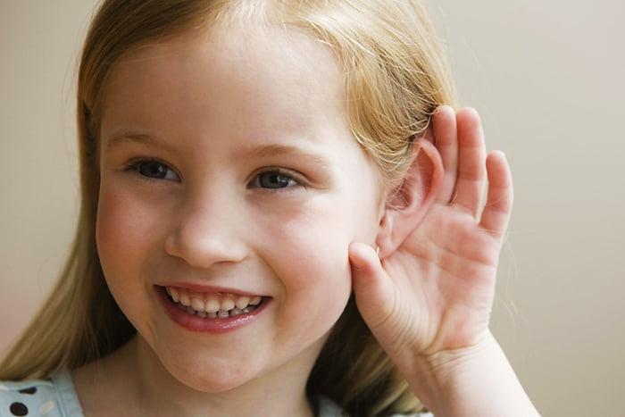 Девочка прислушивается