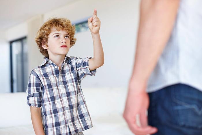 Мальчик изображает учителя