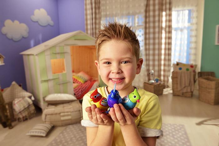 Мальчик с игрушками-птичками