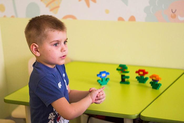 Игрушки на столе перед ребенком