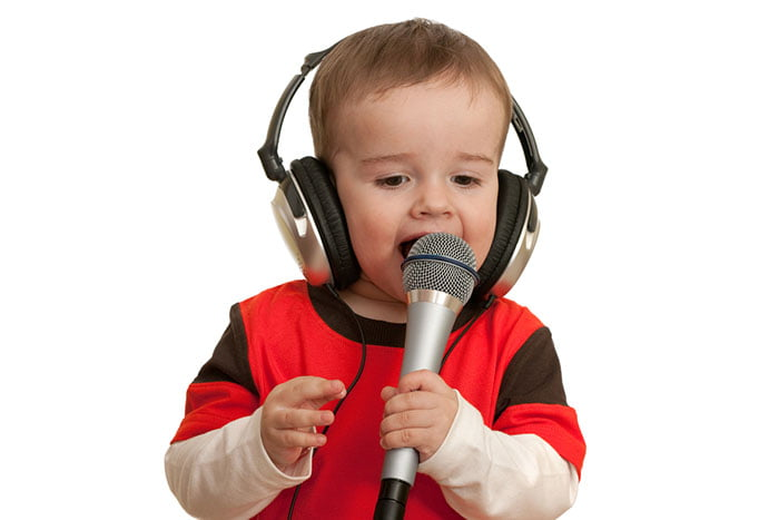 Ребенок с микрофоном