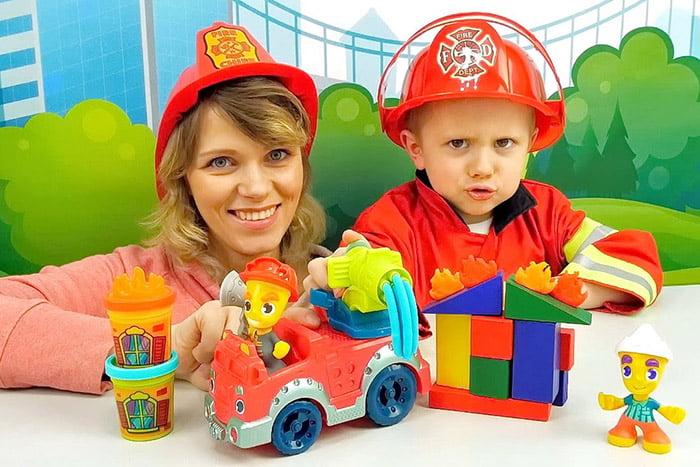 Мама с ребенком играют в пожарных