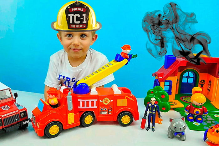 Ребенок играет в пожарного