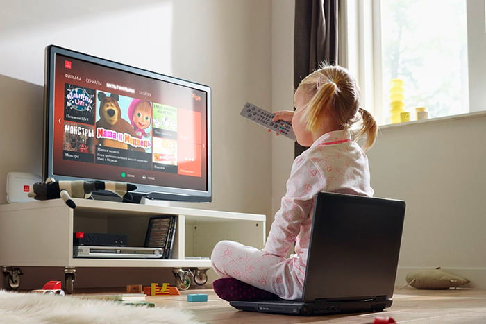 Девочка смотрит мультфильмы